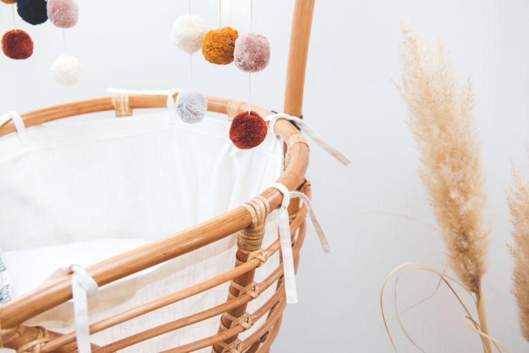 Bohemian Baby Roma Vintage natuurlijk rotan wieg mobieltje met linnen binnenwerk strikjes