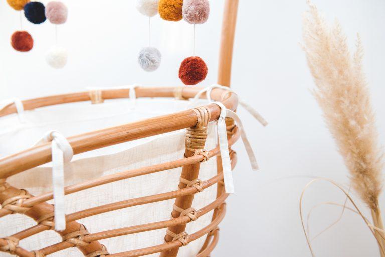 Bohemian Baby Roma Vintage rotan natuurlijk wieg met linnen binnenwerk mobiel en strikjes