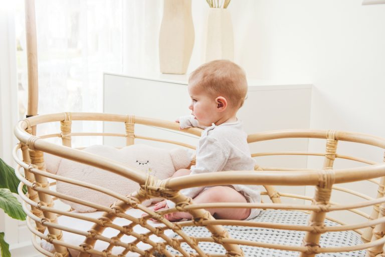 Bohemian Baby Roma natural natuurlijk rotan wieg met baby