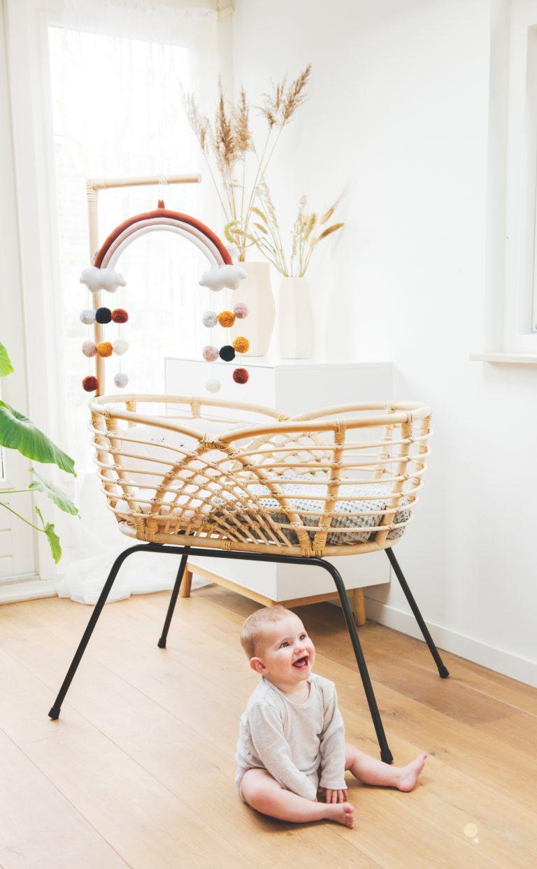 Bohemian Baby Roma natural natuurlijk rotan wieg met lachende baby 2