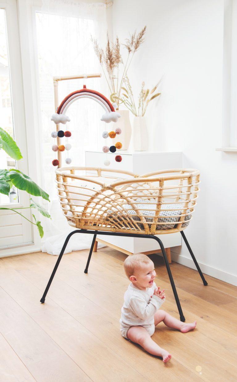 Bohemian Baby Roma natural natuurlijk rotan wieg met lachende baby op grond