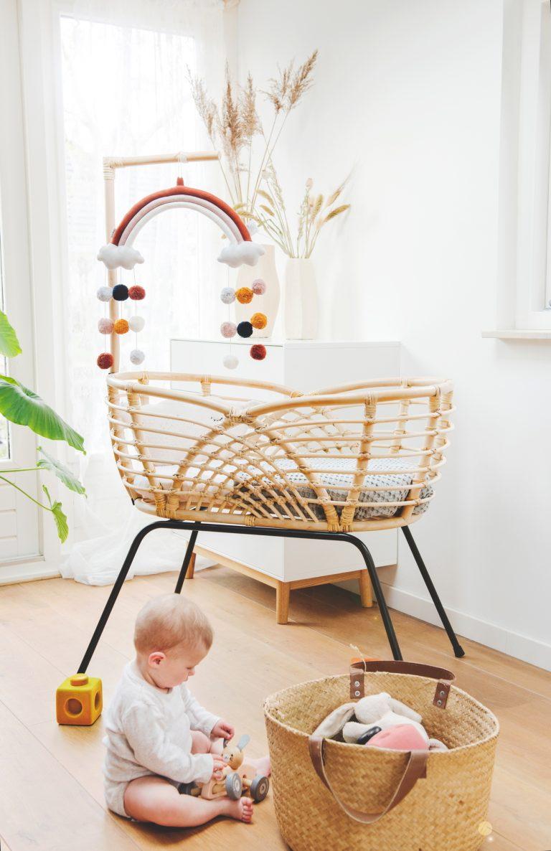 Bohemian Baby Roma natural natuurlijk rotan wieg met spelende baby