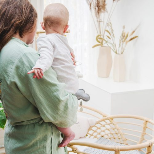 Bohemian Baby Roma natural natuurlijk rotan wieg met baby en moeder